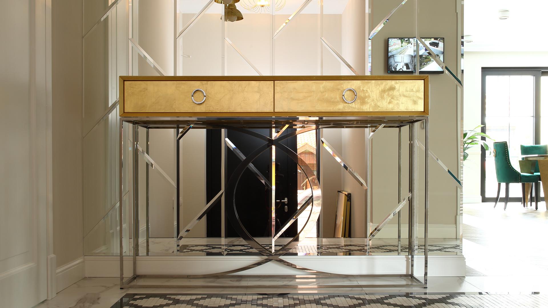 Złota konsola z szufladami na stelażu se stali szlachetnej polerowanej
