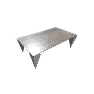 Ława ze srebrnym, szklanym blatem na nogach w polerowanej blasze