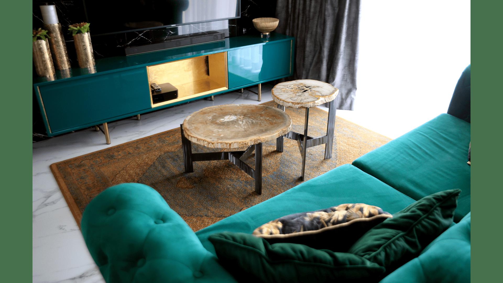 Ława i stolik Eterno z blatami ze skamieniałego drewna